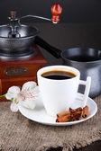 Beyaz fincan Türk kahvesi ile kahve makinesi ve Kahve değirmeni ahşap tablo — Stok fotoğraf