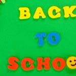 pequeña pizarra con útiles escolares. regreso a la escuela — Foto de Stock