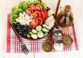 美味希腊沙拉配上白色的木制背景特写香料 — 图库照片