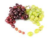 Pyszne dojrzałe winogrona na białym tle różowy i zielony — Zdjęcie stockowe