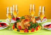 Mesa de banquete con pollo asado en primer plano de fondo naranja. día de acción de gracias — Foto de Stock