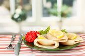 вареные кальмары с овощами на табличке на скатерть крупным планом — Стоковое фото