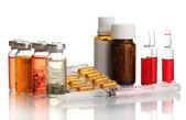 Médicos ampollas, botellas, pastillas y jeringas, aisladas en blanco — Foto de Stock