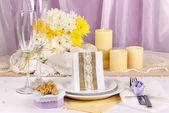 Muhteşem düğün masa mor ve sarı renkli kumaş mor ve beyaz zemin üzerine hizmet veren — Stok fotoğraf