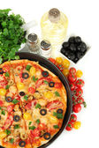 Colorida composición de deliciosa pizza, verduras y especias en primer plano de fondo blanco — Foto de Stock