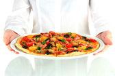 Servitören innehar en maträtt med bakad pizza på vit bakgrund närbild — Stockfoto