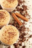 Bolos de bolinho saboroso com sementes de café, especiarias e chocolate, sobre fundo bege — Fotografia Stock
