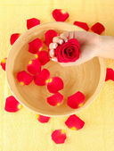 água de tratamento para mãos femininas, close-up — Foto Stock