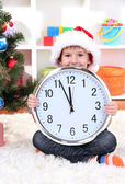 Niño con reloj en espera del año nuevo — Foto de Stock