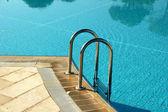 Hotelzwembad met zonnige reflecties — Stockfoto