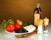 希腊沙拉上棕色背景特写的成分 — 图库照片