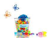 Vase en verre avec des stars de papier avec des rêves isolés sur blanc — Photo