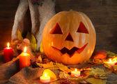 Calabaza de halloween y hojas de otoño, sobre fondo de madera — Foto de Stock