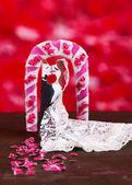 装飾的な愛情のある夫婦背景が赤い木製のテーブルの上 — ストック写真