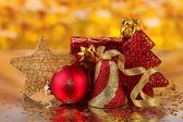 świąteczne dekoracje na czerwonym tle — Zdjęcie stockowe