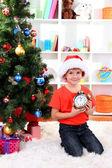 Liten pojke med klocka i väntan på nya året — Stockfoto