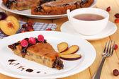 Sabroso pastel de placa de mesa de madera — Foto de Stock