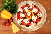Pâte à pizza à la tomate sur planche de bois isolé sur blanc — Photo