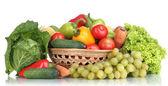 Composizione con frutta e verdura in cesto di vimini isolato su bianco — Foto Stock