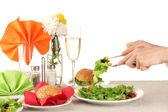 Mano femenina con cena aislada en blanco — Foto de Stock