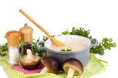 Pommes de terre dans une casserole avec les ingrédients isolé sur blanc — Photo