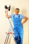 クローズ アップの梯子の上に立って便利屋ドリル — ストック写真