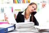 Employé de bureau avec des documents sur son lieu de travail — Photo