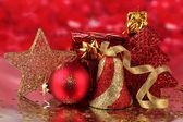 Decoración de navidad sobre fondo rojo — Foto de Stock