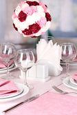 Elegante tabelleneinstellung im restaurant — Stockfoto