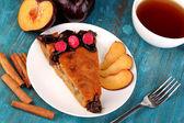 Gustosa torta sul piatto su un tavolo in legno — Foto Stock