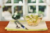 Kalamar halkaları, limon ve ahşap masa yakın çekim üzerinde bir cam kabın içinde marul salatası — Stok fotoğraf