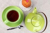 Vista superior da xícara de chá e bule em toalhas de mesa — Fotografia Stock