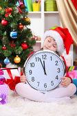 Hermosa niña dormir en previsión de año nuevo en cuarto decorado festivamente — Foto de Stock