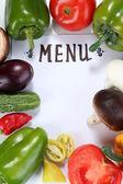 Menü umgeben von Produkte und Gemüse isoliert auf weiss — Stockfoto