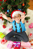 Petite fille assise près de sapin de Noël — Photo