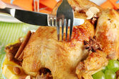 Cutting baked chicken close-up. Thanksgiving Day — Stock Photo