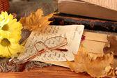 Höstens bakgrund: romantiska brev, glasögon och blad — Stockfoto
