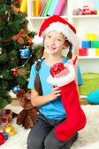 Petite fille tenant jouet près de sapin de Noël — Photo