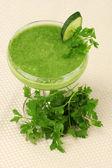 明るい背景にカクテル グラスに緑の野菜ジュース — ストック写真