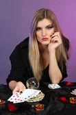 Bruxa - cartomante sobre fundo de cor — Foto Stock