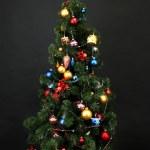 árvore de Natal decorada isoladas em preto — Foto Stock