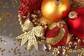 Kerstdecoratie op grijze achtergrond — Stockfoto