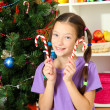Foto de Stock  : Little girl decorating christmas tree