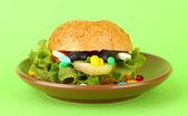 Koncepcyjnego obrazu dla opieki żywieniowej: różne witaminy i suplementy diety w kok. Na kolor tła — Zdjęcie stockowe
