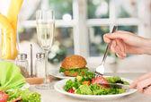 明るい背景に夕食を女性の手 — ストック写真