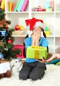 小さな女の子のためのクリスマス プレゼント — ストック写真