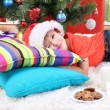 Little boy in Santa hat with milk and cookies for Santa Claus - Foto Stock