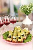Canapés e vinho no restaurante — Foto Stock