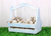 Uova ecologico in scatola di legno sull'erba verde su sfondo in legno — Foto Stock