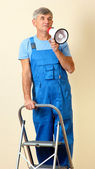 Kierownik budowy kieruje naprawy stoi na drabinie — Zdjęcie stockowe